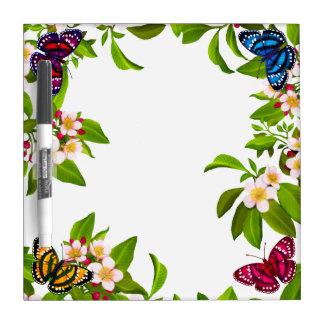 Las mariposas tropicales del jardín secan al table pizarras blancas de calidad