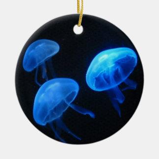 Las medusas adornan la fotografía subacuática del adorno navideño redondo de cerámica