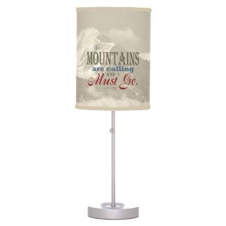 Las montañas de la tipografía del vintage están lámpara de mesa