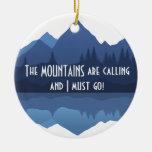 Las montañas están llamando… el ornamento adorno navideño redondo de cerámica