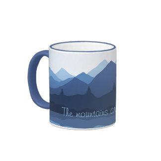 Las montañas están llamando la taza de café del di