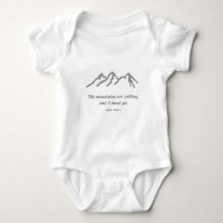Las montañas están llamando la ventisca nevosa body para bebé