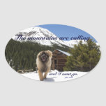 Las montañas están llamando pegatinas de oval personalizadas
