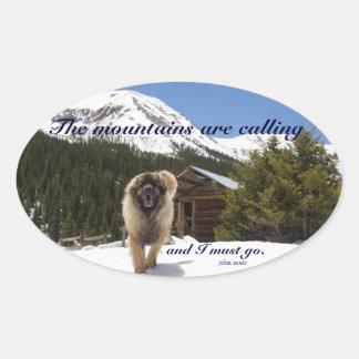 Las montañas están llamando pegatinas de óval personalizadas