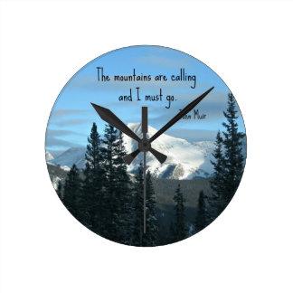 Las montañas están llamando… reloj redondo mediano