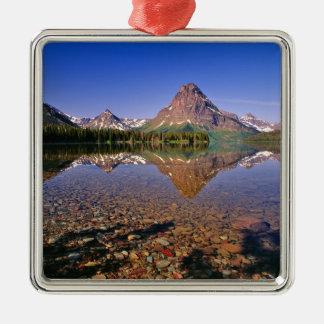 Las montañas reflejan en el lago medicine de la adorno cuadrado plateado