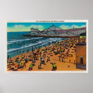Las muchedumbres del corredor y de la playa del ci póster