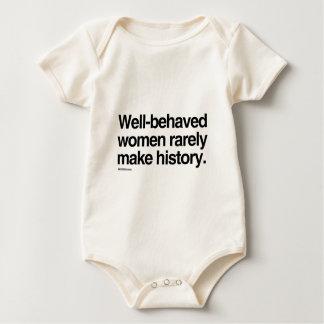 Las mujeres bien comportadas hacen raramente body para bebé
