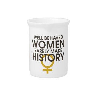 Las mujeres bien comportadas hacen raramente histo jarras para bebida