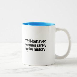 Las mujeres bien comportadas hacen raramente taza de café de dos colores