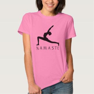 Las mujeres de la silueta de la actitud de la yoga playeras