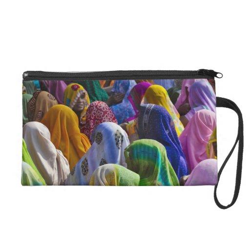 Las mujeres en saris coloridas recolectan juntas