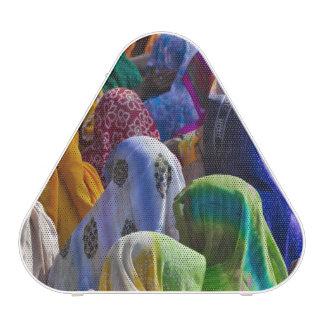 Las mujeres en saris coloridas recolectan juntas altavoz bluetooth