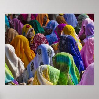 Las mujeres en saris coloridas recolectan juntas impresiones