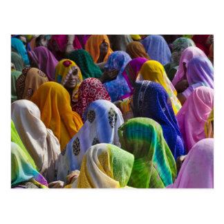 Las mujeres en saris coloridas recolectan juntas postales