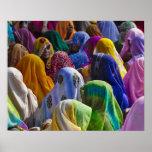 Las mujeres en saris coloridas recolectan juntas póster