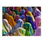 Las mujeres en saris coloridas recolectan juntas postal