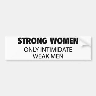 Las mujeres fuertes intimidan solamente a hombres  pegatina para auto