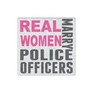 Las mujeres reales casan a oficiales de policía imán de piedra