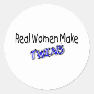 Las mujeres reales hacen a gemelos azules pegatina redonda