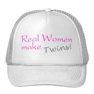 Las mujeres reales hacen a gemelos gorros bordados