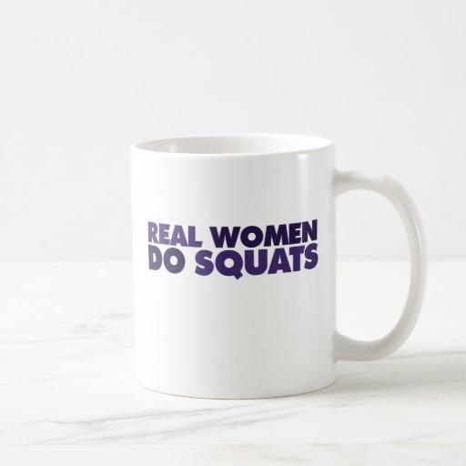 Las mujeres reales hacen las posiciones en taza básica blanca