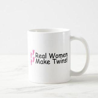 Las mujeres reales hacen los gemelos a niñas taza