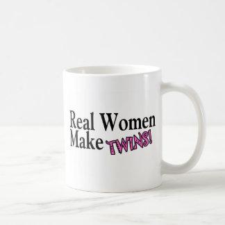 Las mujeres reales hacen los gemelos rosa taza de café