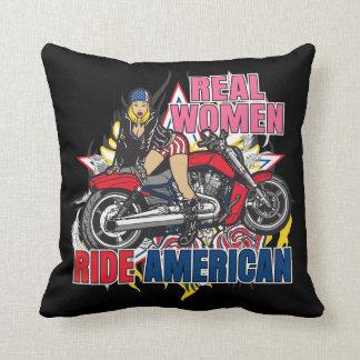 Las mujeres reales montan la almohada americana