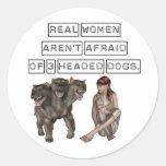 Las mujeres reales no tienen miedo de tres perros pegatina redonda
