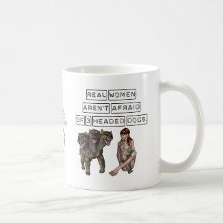 Las mujeres reales no tienen miedo de tres perros taza de café