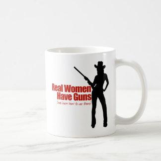 Las mujeres reales tienen armas taza de café