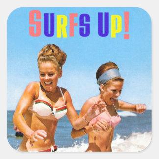 Las mujeres retras del vintage practican surf calcomania cuadradas