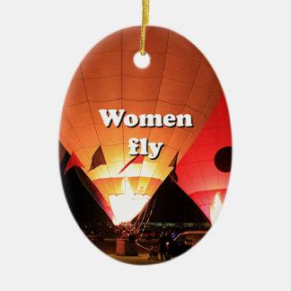 Las mujeres vuelan: globo 2 del aire caliente adorno navideño ovalado de cerámica