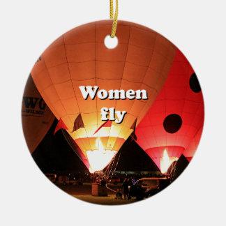 Las mujeres vuelan: globo 2 del aire caliente adorno navideño redondo de cerámica