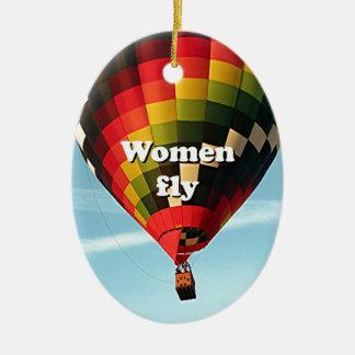 Las mujeres vuelan: globo del aire caliente adorno navideño ovalado de cerámica