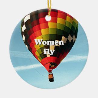 Las mujeres vuelan: globo del aire caliente adorno navideño redondo de cerámica