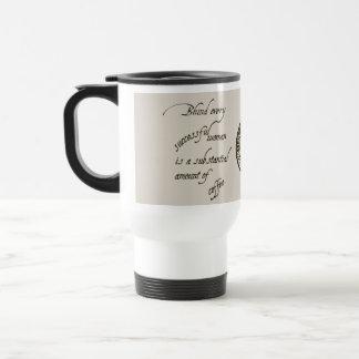 Las mujeres y el café viajan/la taza acertados del