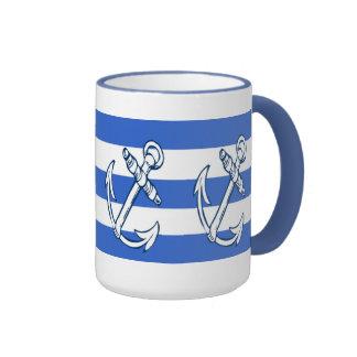 Las naves anclan las tazas de las rayas azules