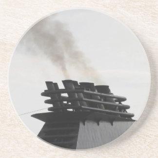 Las naves concentran la emisión de humo negro en posavasos para bebidas