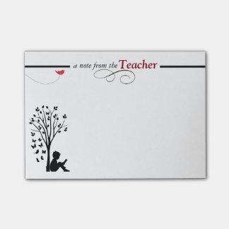 Las notas pegajosas de un profesor post-it® nota