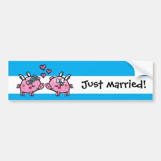 Las novias de los cerdos del vuelo acaban de casar pegatina para auto