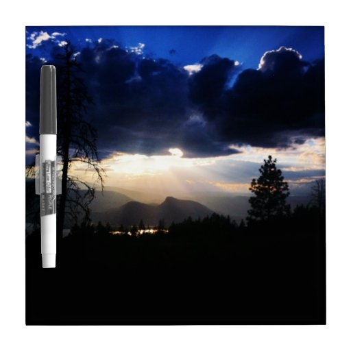 Las nubes azul marino secan al tablero del borrado tablero blanco