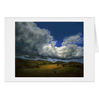 Las nubes Billowing van en breve tiempo tarjeta de