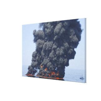 Las nubes oscuras del humo y del fuego emergen 2 impresiones en lienzo estiradas