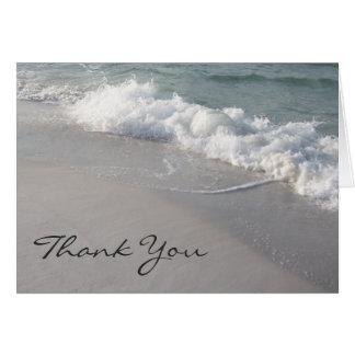 Las olas oceánicas y la arena le agradecen cardar tarjeta