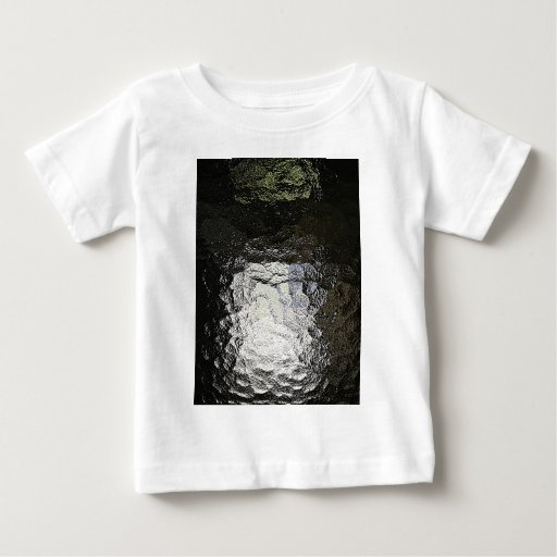 Las ondas de agua oscuras caen el ti de cristal camisas
