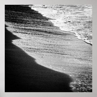 Las ondas del negro están lavando la orilla póster