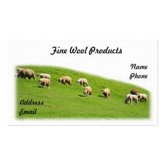 Las ovejas están pastando en un pasto enorme tarjeta de negocio