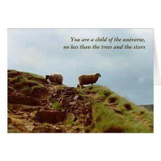 Las ovejas pastan en una tarjeta de los